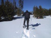 在洁白的雪地到达山顶