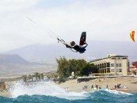 男孩练一个完整的波的海风筝冲浪