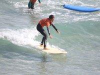 Studente di surf durante le lezioni