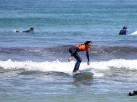Joven sobre la tabla de surf