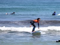 Giovane sulla tavola da surf