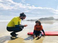 Insieme all'insegnante di surf sulla sabbia