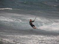 男子风筝冲浪板,并受到电缆潜水服