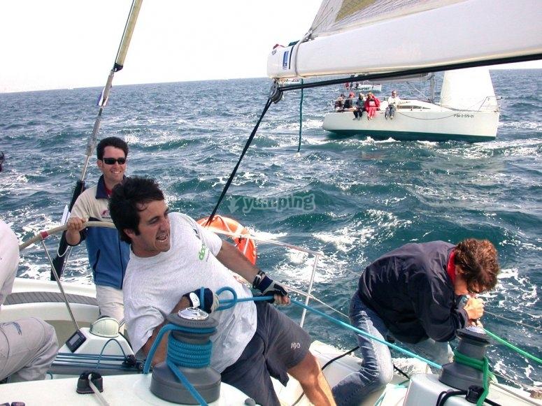 participando en la regata