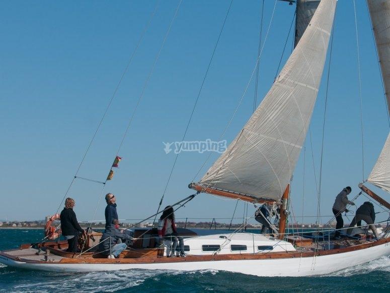 参加帆船赛的帆船航海学校