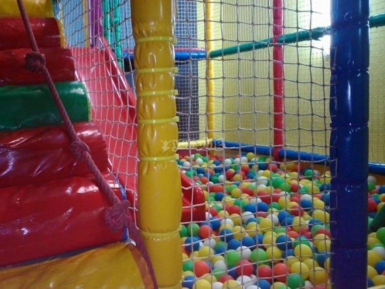 Tobogan y piscina de bolas de colores