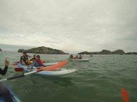Ninos encima de kayaks