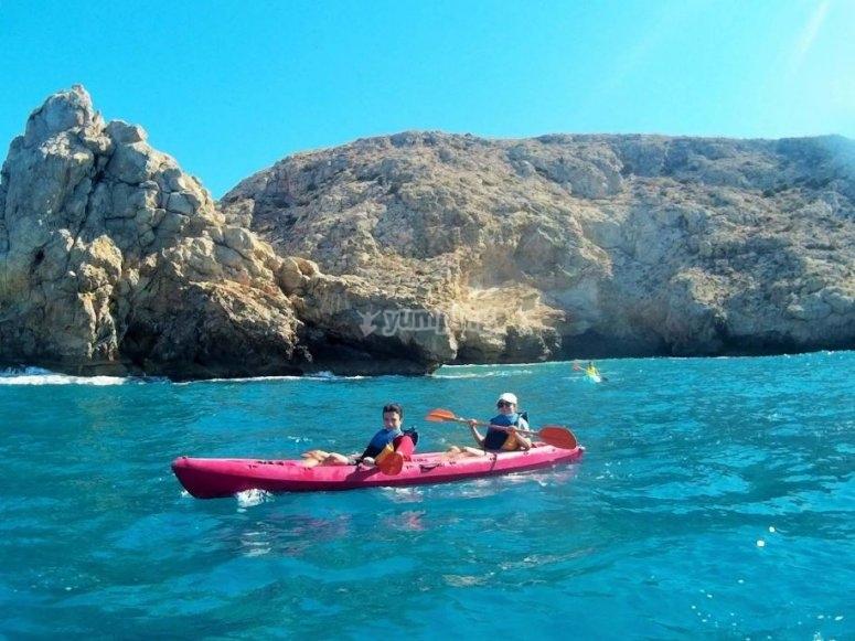 Kayak en dia de mar azul