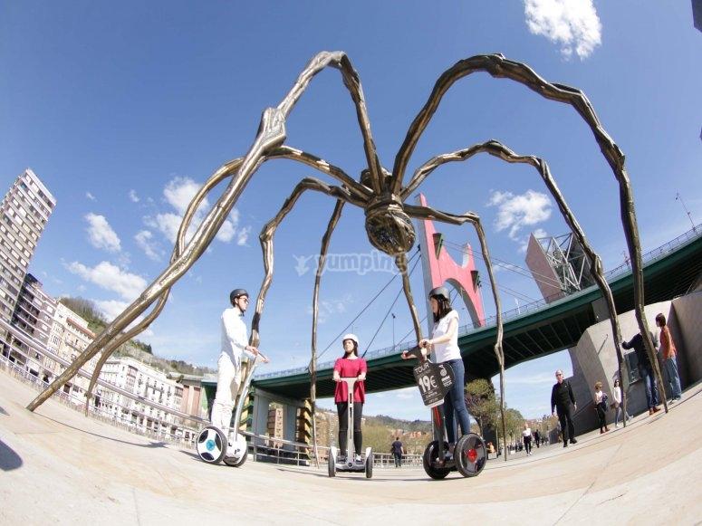 Segways bajo la escultura de araña