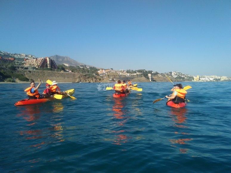 Acercando los kayaks a la costa