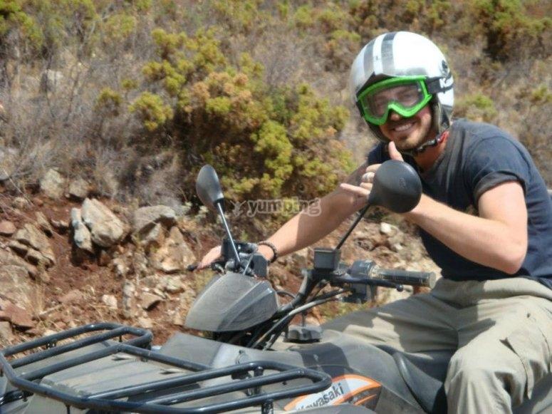 Joven montando en quad en la Sierra de las Nieves