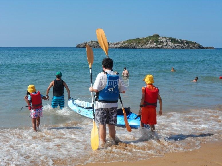 LLevando las canoas al mar