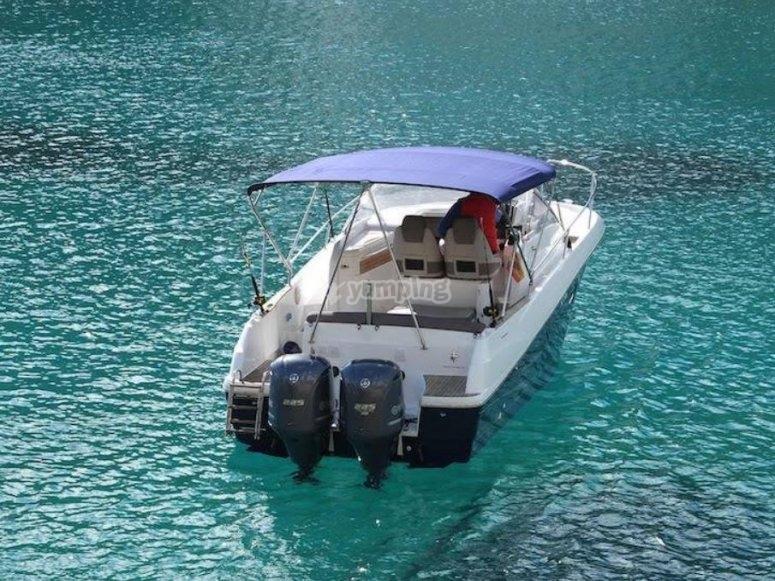 Barca in acque trasparenti