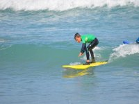 Niño poniéndose de pie en la tabla de surf