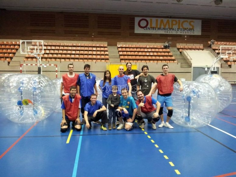 Bubble football en campo de futbol sala