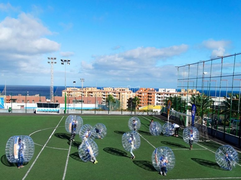 Bubble football en campo de hierba