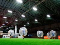 Bubble football en campo cubierto