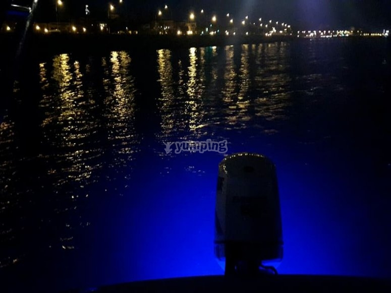 晚上在马略卡岛航行