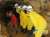 Agachados para ver los detalles de la cueva