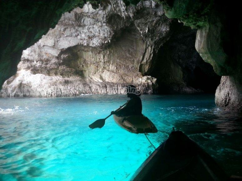通过诺哈诺哈洞穴独木舟之旅上