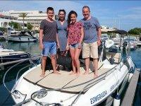 Familia de pie en la embarcacion