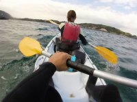 Remando en kayak biplaza