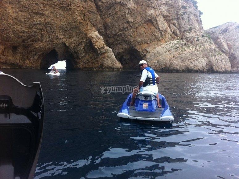 水上摩托艇在赫罗纳的岩石旁边