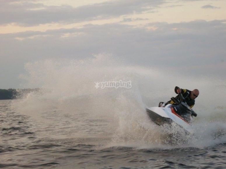通过l'Escala加速摩托艇