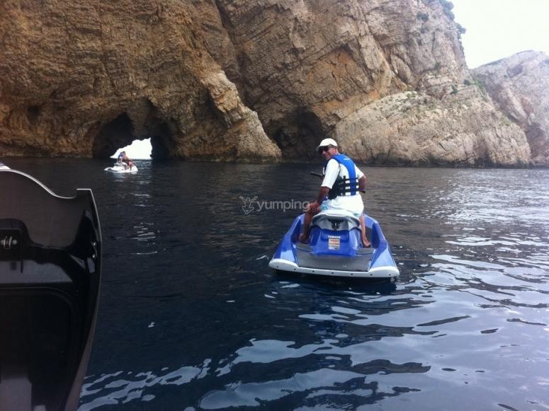 水上摩托车旁边的岩石