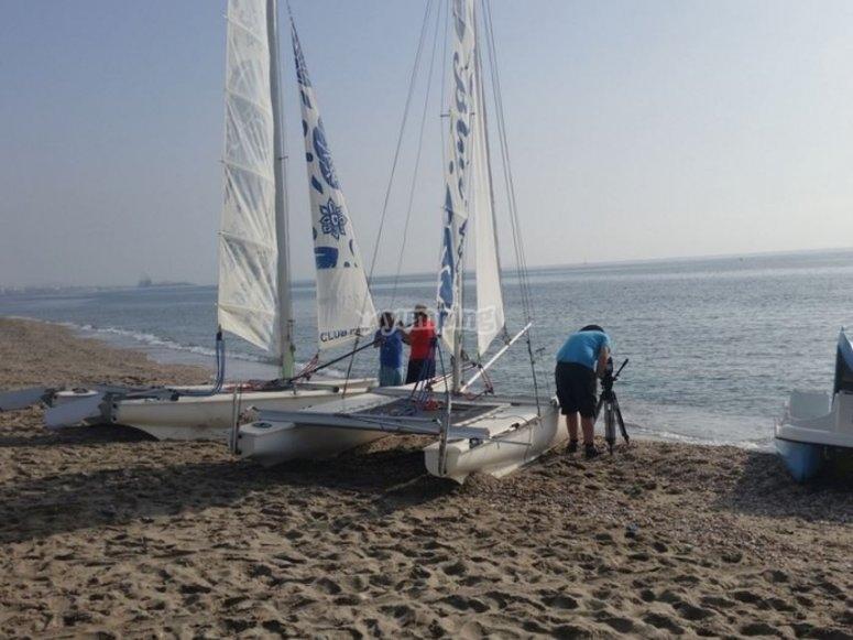 Catamarán en la orilla