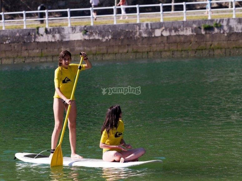 冲浪板上的学生
