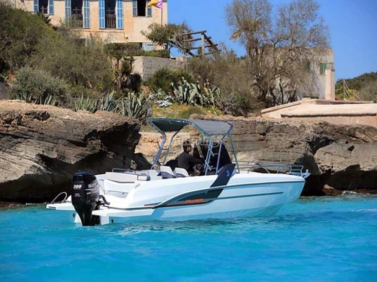 barco en aguas turquesas