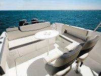 sillas y mesas en el barco