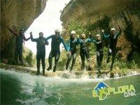 Saltando al agua de la mano