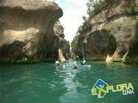Nadando dentro del rio