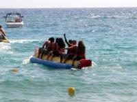 El grupo divirtiéndose con la banana boat