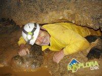 Tumbado en el suelo de la cueva