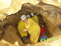 Contemplando cada detalle de la cueva