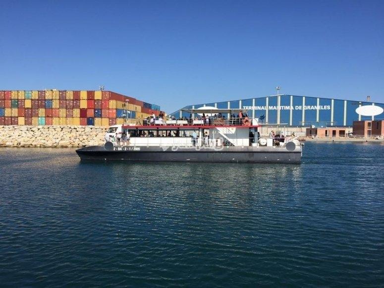 Catamarán saliendo del puerto