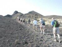 camminando attraverso il paesaggio vulcanico