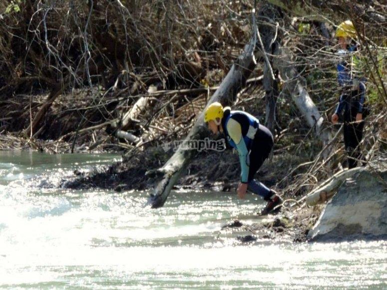 un hombre tirandose al agua