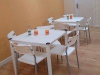 两张白色的桌子,椅子也是白色的