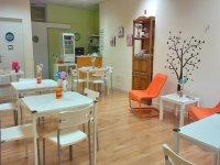 Sala con mesas blancas