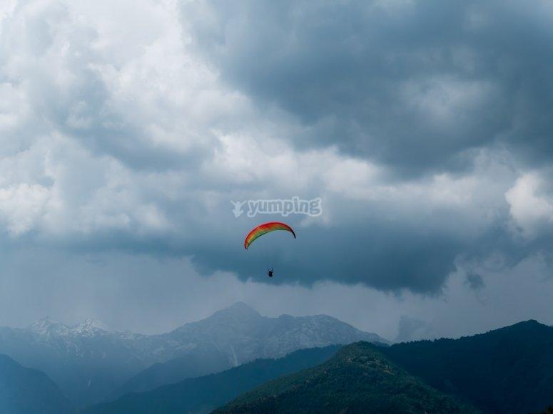 在阴天滑翔伞