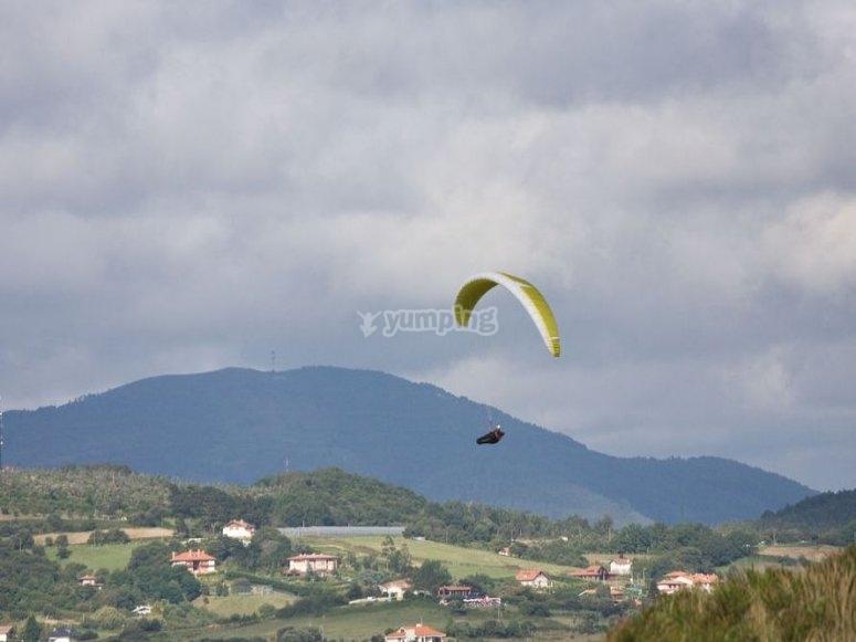En parapente sobrevolando el paisaje