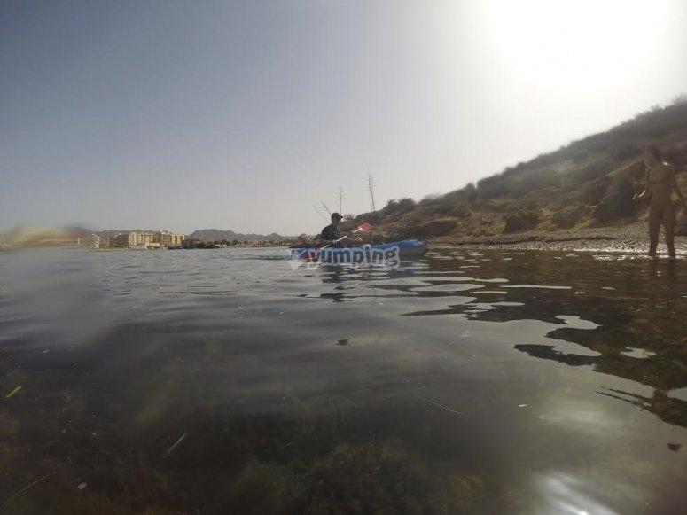 Acercando el kayak a la orilla