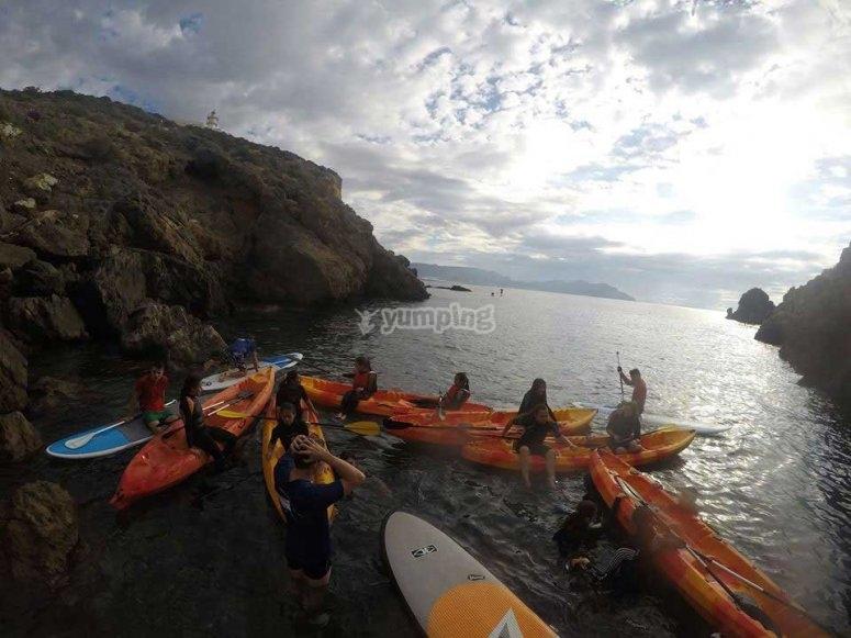 con los kayaks en la orilla