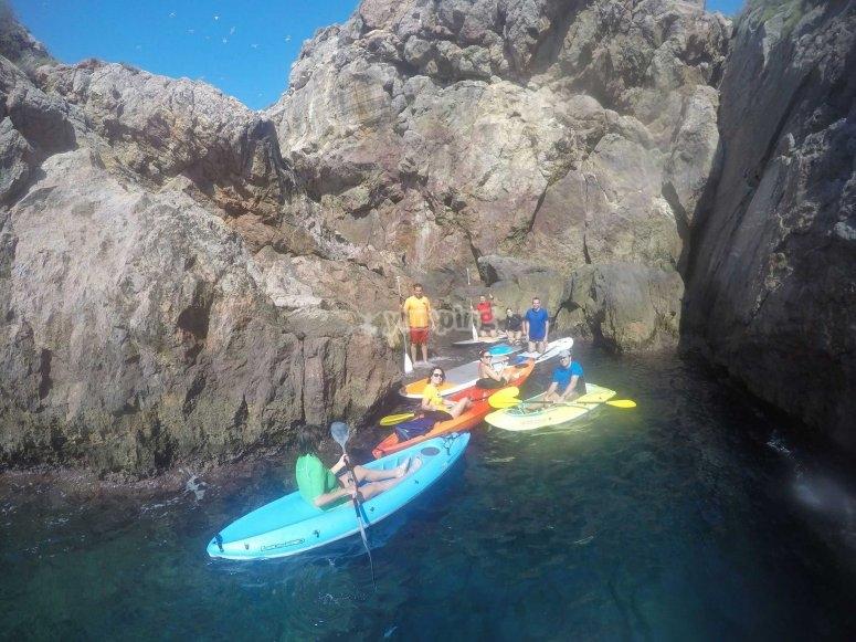 kayaks en las rocas.