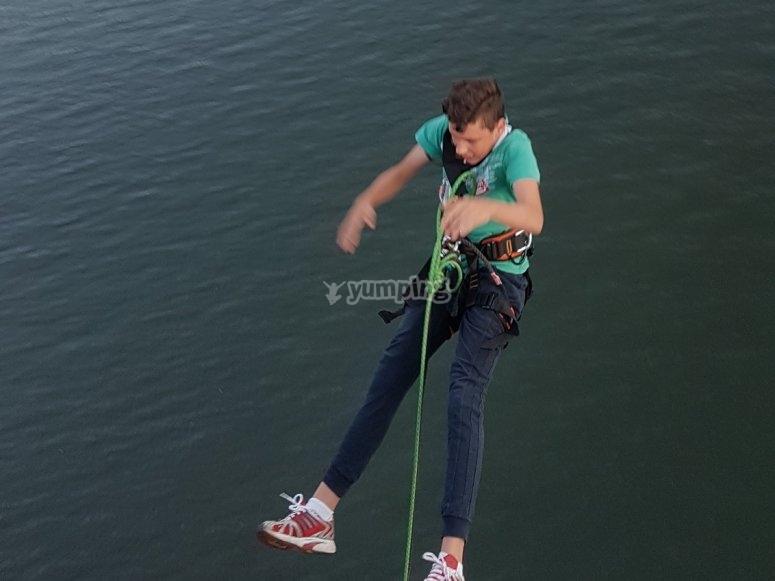 Experimentando un salto de puenting