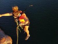 Primeros momentos del salto sobre el rio